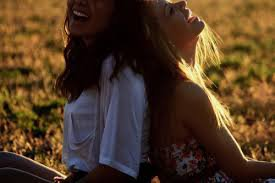 Un vrai ami est la personne qui voit la tristesse dans tes yeux lorsque les autres croient au sourire sur ton visage .