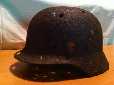 casque allemand trouver de fouille heuu etat mediocre encore des morceaux de ses fixations a linterieur a touts les niveau de rivets