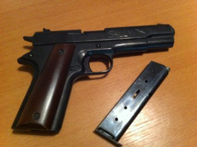 reproduction du celebre colt 45 ou 1911 ww2   (modifier black ops^^)