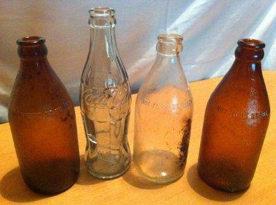lot de bouteiles en verre de bierre et une coca cola