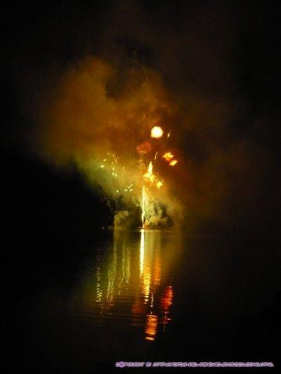 feu d'artifice au-dessus d'un lac (auvergne)