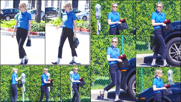 - '-15/03/18-' ◘Emma Roberts a été aperçue dans les rues de Beverly Hills en compagnie de quelques amies ! Côté tenue je donne un flop, je n'aime pas du tout l'ensemble. Le pantalon au dessus des chevilles avec les chaussettes, non non non. -