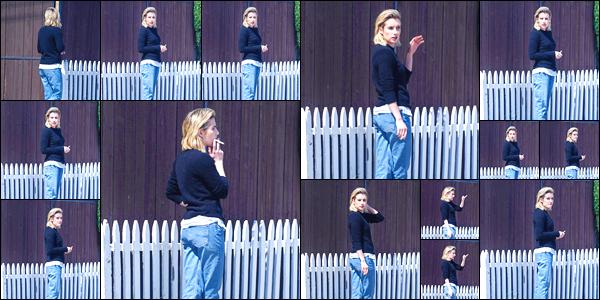 - '-14/03/18-' ◘Emma a été photographiée par les paparazzis dans les rues de Los Angeles, une clope en main. Côté tenue je donne un p'tit bof à notre starlette préférée, je ne suis pas très fan de l'ensemble mais cela reste une tenue décontractée. -