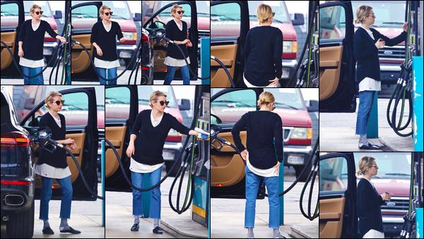 - '-13/03/18-' ◘Emma a été photographiée alors qu'elle s'arrêtait à une station-essence dans Los Angeles, CA. Côté tenue je donne un flop, je n'aime pas du tout l'ensemble. Le pantalon au dessus des chevilles avec les chaussettes qu'elle horreur. -