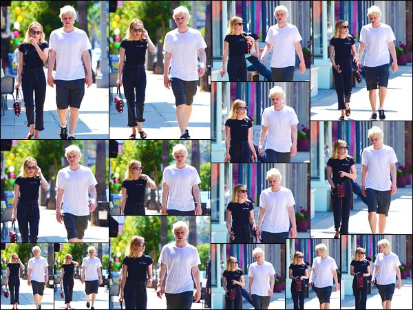 - '-04/08/18-' ◘Emma Roberts a été photographiée dans les rues de Los Angeles, en compagnie de son copain. Décidément notre belle blonde ne cesse de sortir ces derniers jours, quel plaisir. Côté tenue c'est un ensemble plutôt simple mais un TOP. -
