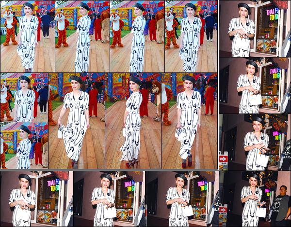 - '-08/06/18-' ◘Emma Roberts a été aperçue alors qu'elle était présente au défilé « Moschino » à Los Angeles. C'est avec un maquillage chargé que nous retrouvons notre actrice favorite au défilé, je ne suis pas complètement fan de sa tenue, bof ! -