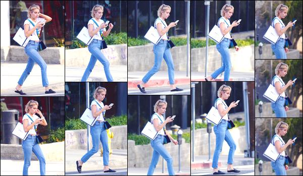 - '-25/09/17-' ◘Notre belle actrice américaine a été photographiée se baladant dans les rues de Los Angeles. Concernant l'ensemble de la tenue je lui donne un léger top, n'étant pas très fan des chaussures, ni du jean. Et toi, quel est ton avis ? -