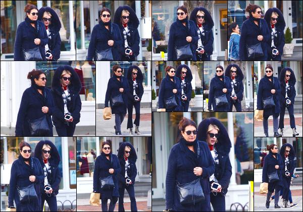 - '-24/12/17-' ◘En ce temps de fête, Emma a été aperçue en compagnie de sa mère pour une virée shopping. En effet la mère et la fille ont été toutes deux aperçues dans les rues desHamptons, à New-York City. J'accorde un BOF à la tenue ! -