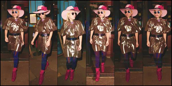07.12.16 : Lady Gaga et son chapeau rose quittaient un pub dans le centre de Londres !