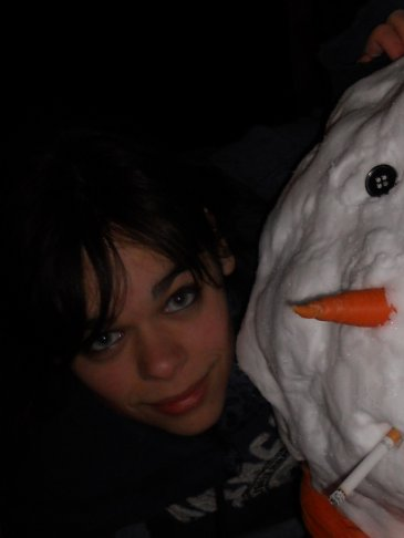 Moi et mon bonhomme de neige fumeur.