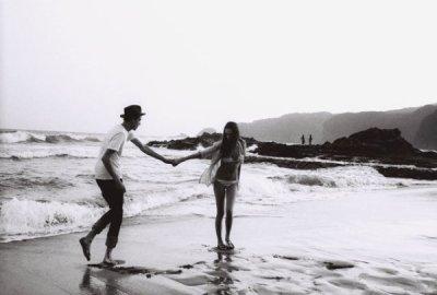j'aime quand tu baisses les yeux pour rêver à deux assis sur un banc de sable  j'aime quand ton ventre se fait rond quand je pense aux prénoms à lécole et aux cartables  alors ne m'abandonne pas, non, ne me laisse pas ma vie se balance et se joue avec toi ne m'abandonne pas, non, ne me fais pas ca ma vie se commence et finit avec toi  j'aime, quand tu donnes la vie à ma mélodie quand tu comprends ma douleur  j'aime, quand je vois le tout petit bonhomme qui sourit quand j'efface ses pleurs  alors ne m'abandonne pas, non, ne me laisse pas ma vie se balance et se joue avec toi ne m'abandonne pas, non, ne me fais pas ca ma vie se commence et finit avec toi  et toi qui m'as donné, l'enfant et l'espoir en des lendemains, qui sonnent je veux te dire surtout ne t'en vas pas, dis reste auprès de moi