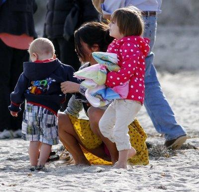 17/02/2012  Jelena et la petite famille a la plage. <3