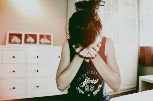 ne vous fiez pas a mon sourire , il est si facile devant vous de cacher ma peine par le rire ...