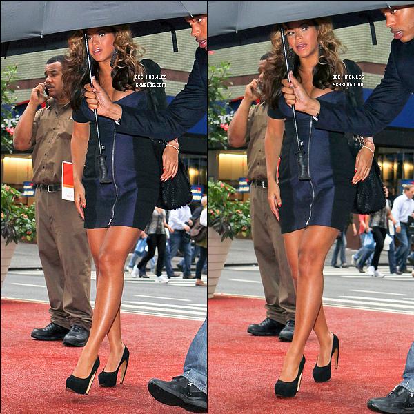 13/10/11 : Maman Beyoncé a été vue dans les rues de New York affichant un ventre bien rebondi. 12/10/11 : B' sous la pluie avec son porte-parapluie personnelle à NY. Trop lourd un parapluie Bee ?