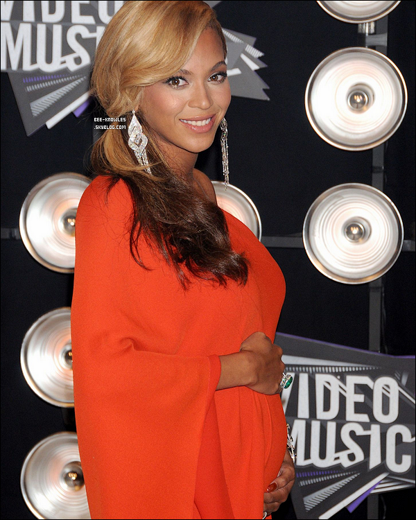 """Beyoncé ne serait pas vraiment enceinte... C'est LA rumeur du moment !  Après son annonce de sa grossesse en août dernier lors des MTVMA Beyoncé est au centre d'une polémique autour de sa grosse. Entre annonce, rumeurs et accusation, Bee-Knowles vous dévoile tout !     C'est une rumeur folle qui court sur la toile. Beyoncé ne serait pas enceinte, elle simule sa grossesse avec un faux ventre. En cause ? Cette photo issue d'une apparition de Beyoncé dans l'émission dominicale Sunday Night HD où l'on y voit Beyoncé avec ce qui semblerait être une prothèse qui se serait pliée au moment où elle s'assied dans le fauteuil, preuve ultime que Beyoncé ne serait donc pas enceinte. La chanteuse avait pourtant montré son ventre arrondi lors de ses vacances en Croatie... Photos. Suite à toute cette agitation, sa porte-parole, Yvette Noel-Schure a fait une très courte déclaration au site ABCNews pour démentir  les rumeurs en disant que celles-ci étaient """"stupides, ridicules et fausses."""" Voila qui est clair ! Mais ce n'est pas tout, il se murmure maintenant que la chanteuse porterait une prothèse afin de couvrir le fait, qu'elle et Jay-Z auraient fait appel à une mère porteuse pour la naissance de leur premier enfant. Next !      Passons maintenant avec des news moins ridicules concernant cette grossesse. Beyoncé a annoncé lors de cette fameuse interview au Sunday Night HD que le bébé serait prévue pour Février 2012. De plus il semblerait qu'elle est pour projet de développer sa propre ligne de vêtements de grossesse sous le label de mode House of Deréon ! Elle se confie: """"Tout ce que je veux en ce moment, ce sont des vêtements qui correspondent au bien-être d'une femme enceinte. C'est très excitant pour moi !"""" Et vous vous y croyez ou c'est bidon ?"""