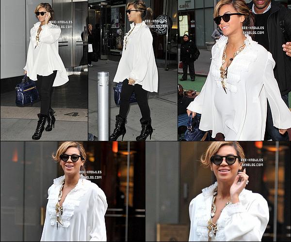 03/11/11 : Bee à son rendez-vous désormais quotidient. Elle se rendait dans un bureau à New-York. 02/11/11 :Beyoncé -perchée sur des talons de 15cm- se cachant des paparazzis à New-York city.