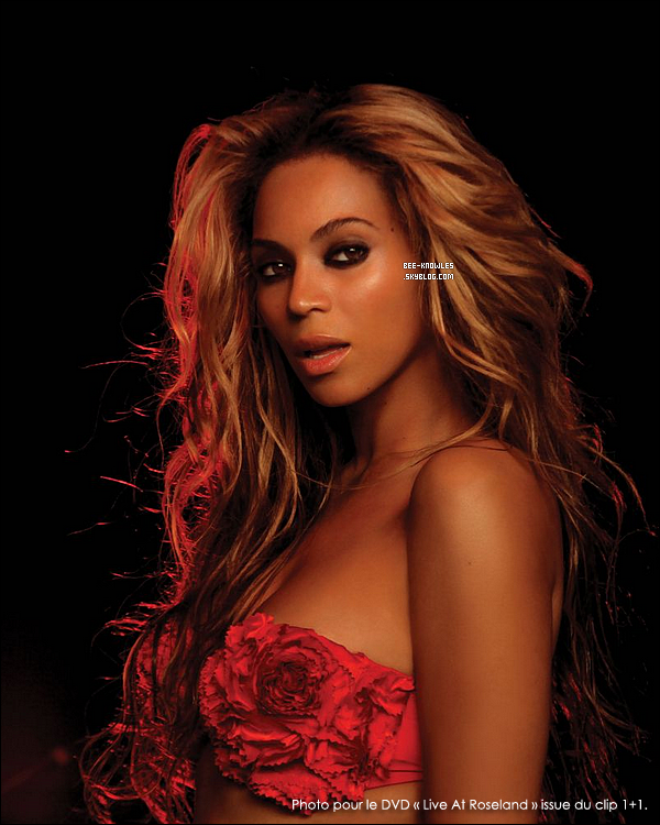 """_________News_:_Grâce à Kelly Rowland nous connaissons le sexe du bébé de Bee.  ____Beyonce va avoir une fille, d'après sa copine Kelly Rowland qui n'a pas su tenir sa langue lors des Cosmopolitan Awards à Londres. Elle a déclaré: « All I can give her is love ». Les anglicistes présents auront noté un petit détail qui a toute son importance, Kelly Rowland a utilisé le possessif """"her"""", qui est féminin, et sa phrase a donc le sens suivant dans la langue de Molière : « Tout ce que je peux lui donner à elle, c'est de l'amour ». Cette annonce renforce donc les rumeurs qui parlaient déjà d'une petite fille... à moins que ce soit un piège bien calculé. Bon bah comme Beyoncé est enceinte pour de faux, il ne lui reste plus qu'à commander une petite fille qui lui ressemble au Père Noël. (Joke !)     _________Beyoncé_:_ses envies de femme enceinte   ____ On le sait tous, notre Beyonce est enceinte, et a l'air de se porter à merveille ! C'est bien connu que les femmes enceintes ont des envies plus ou moins bizarre, et la plupart du temps, elles concernent la nourriture. Et bien découvrez de quoi madame ne peut se passer: « Je ne sais pas si vous allez trouver cela bizarre mais je mange du Ketchup avec TOUT. Je veux dire que j'aimais déjà ça avant de tomber enceinte mais maintenant je ne sais plus rien manger sans. Petit déjeuner, dîner, souper, j'ai toujours ma bouteille de Ketchup sur moi » a déclaré Beyoncé._______Texte rédigé par moi. Merci de le créditer en cas d'emprunt."""