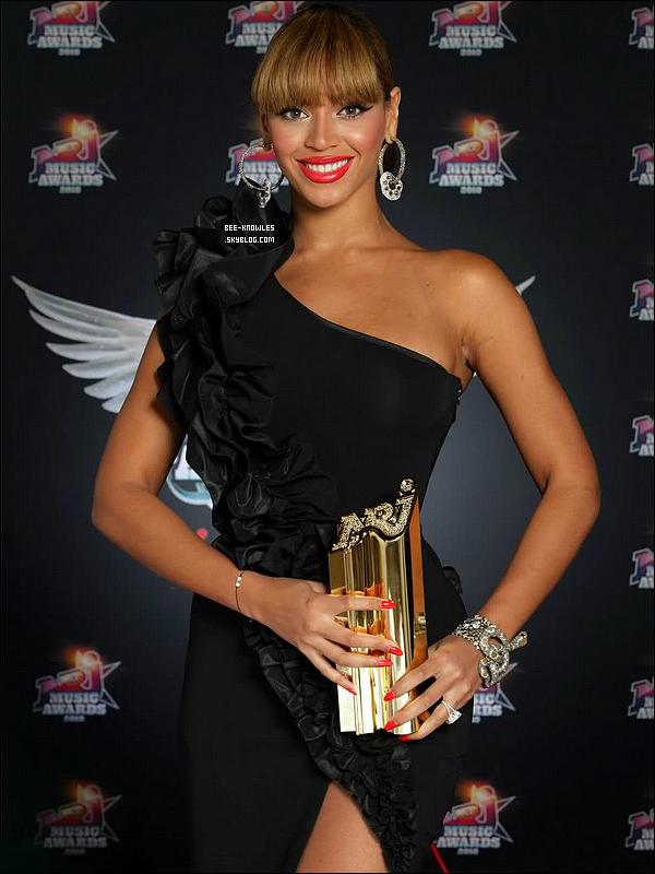 Découvrez la publicité des  « NRJ Music Awards » qui se tiendrons le 28 janver 2012, à Cannes .   + Beyoncé est nominée dans la catégorie « Artiste Féminine internationale de l'année ». N'oubliez pas de voter pour elle.