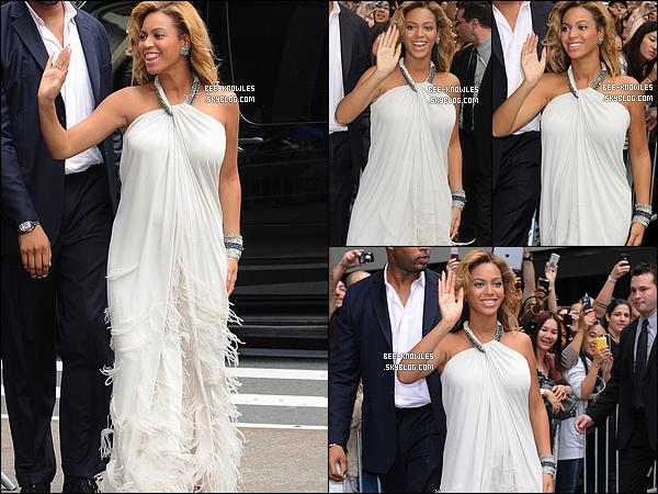 22/07/11 :  B' au magasin Macy's à New York pour faire la promotion de son nouveau parfum « Pulse ».  Quelques fans ont eu la chance de la rencontrer et ont aussi pû admirer les Grammys de Beyoncé, disposé dans le magasin.