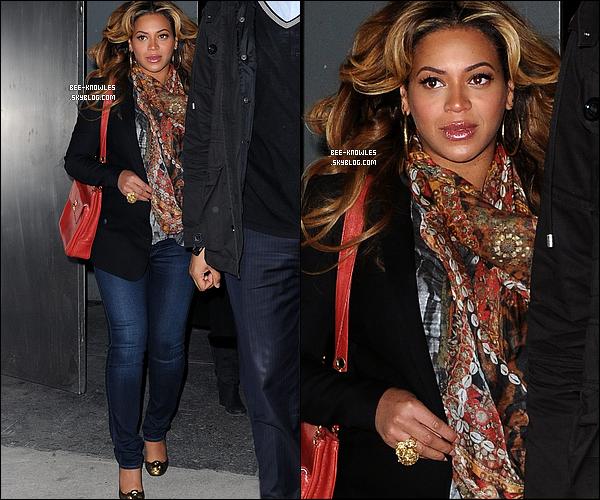 06/01/12 :  Beyoncé (toujours aussi enceinte) et sa maman Tina quittant un bureaux à New york city.  + « Live At Roseland: Elements Of 4 » est le 2ème DVD musical le plus vendu en 2011, « I Am... World Tour » est à la 8ème place.