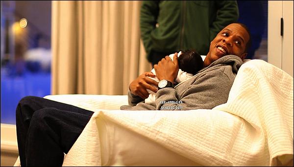 Beyoncé et Jay-Z partagent les 1ères photos de leur fille Blue Ivy Carter sur Tumblr ! A la place de les vendre à des magazines avides d'exclusivité, Beyoncé et Jay-Z ont préféré partager eux-mêmes les clichés.