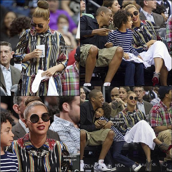 16/04/2012 : La sexy mama a été aperçue en promenade dans les rues de New York avec sa fille Blue Ivy. Elle         s'est ensuite rendu à un match de basket avec son mari et son neveu Juelz.  Magnifique !