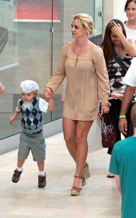 BRITNEY ET SES ENFANTS A TOPANGA (16/09/10 ) :)