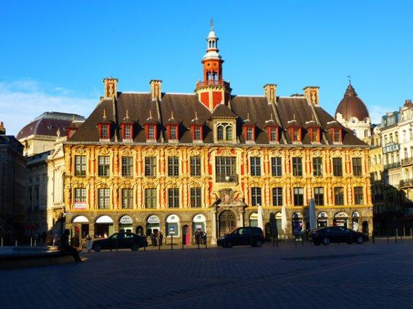 Coucher de soleil sur la Vieille Bourse de Lille, construite au début du XVIIème siècle, avant la conquête française par les troupes de Louis XIV.