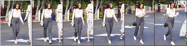 . 14/09/2017 ▬ Chantel et une amie ont été vues une boisson a la main sortant du café « Fred Segal » dans Hollywood Je n'aime pas du tout ce pantalon à rayures. & les mocassins sont vraiment bof... Je lui met un petit flop pour cette tenue, qu'en pensez-vous? des avis? .