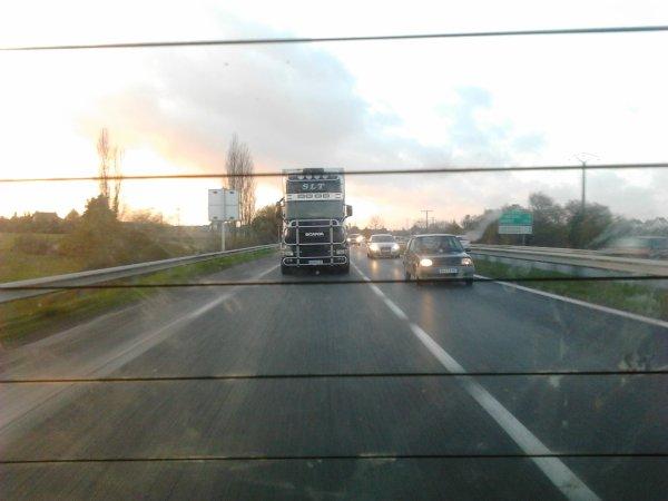 Super cool le chauffeur, j'ai pris son camion en photo sans difficultés ce n'est pas le cas de tous les chauffeurs prenez exemple les autres chauffeurs routiers