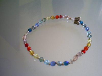 bracelet (élastique)Perles de Cristal de Bohème ( multicolore ) & papillon en argent du Tibet .