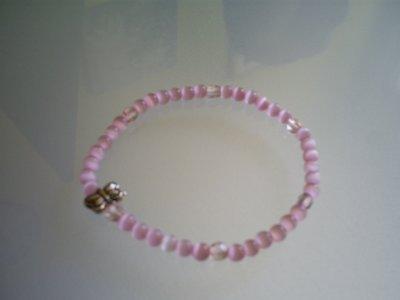 bracelet (elastique)Perles oeil de chat rose & perles rose en cristal de Bohème & papillon d'argent du Tibet .