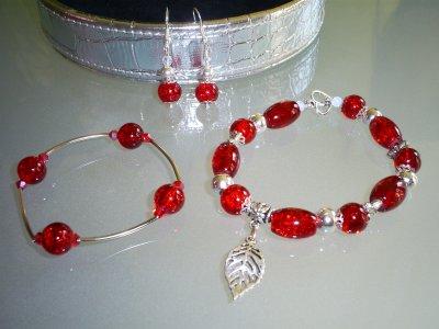 boucles d'oreilles et bracelet à gauche élasiqué et à droite avec fermoir coeur toogle Perles en verre craquelées rouge & breloques en métal !