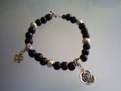 bracelet avec fermoir coeur toogle Perles en bois noir & breloques en métal & perles en métal !