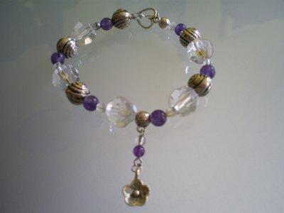bracelet avec fermoir coeur toogle perles à facettes en cristaltransparentes perles en améthyste petite perles en cristal de bohème et grosse perles en métal&breloque fleur en métal