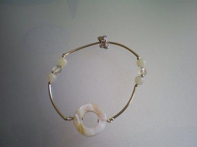 bracelet (élastique)tube en métal perles en jade écru donut en nacre irisé perles en cristal de bohème transparentes papillon en argent du tibet