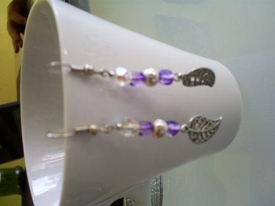 boucles d'oreilles perles en verre violette ,perles en cristal de boheme perle en métal et breloque feuille