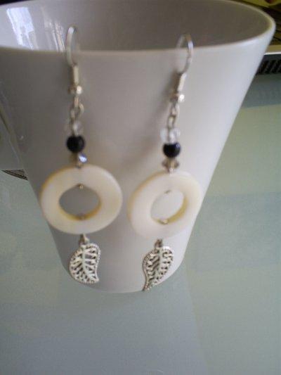 boucles d'oreilles perles donut en nacre perles ronde en jade noire cristal de boheme et breloque feuille
