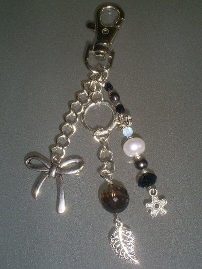 porte clé chaine en métal breloque noeud perle en cristal à facettes ,perles en nacre et papillon en argent du tibet