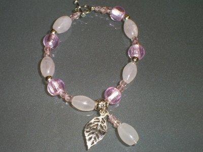 bracelet perles en quartz rose perle rose en verre et petites perles rose en cristal de bohème ,perles en métal breloque feuille et fermoir coeur toogle