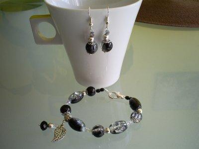 ensemble bracelet perles craquelées 2 tons noir et gris en verre breloque métal avec perle en cristal noir de bohème POUR MA JESS!!!!