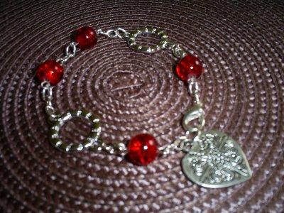 bracelet perles rouge craquelées anneaux de jonction fermoir mousqueton et breloque coeur