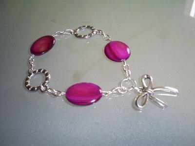 bracelet perles en nacre rose foncé anneaux de jonction et breloque noeud