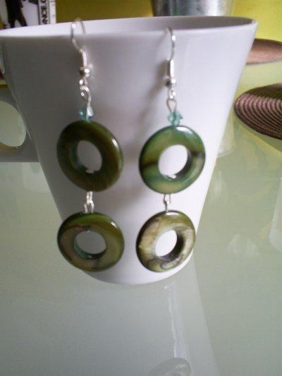 boucles d'oreilles en nacre et perles en cristal vert