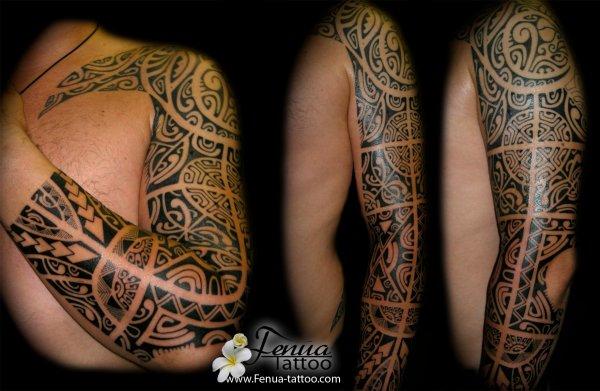Tatouage Polynésien avec tiki sur bras