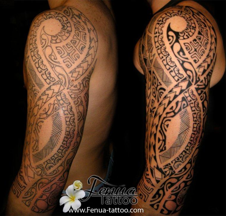 bras tatoué en polynésien