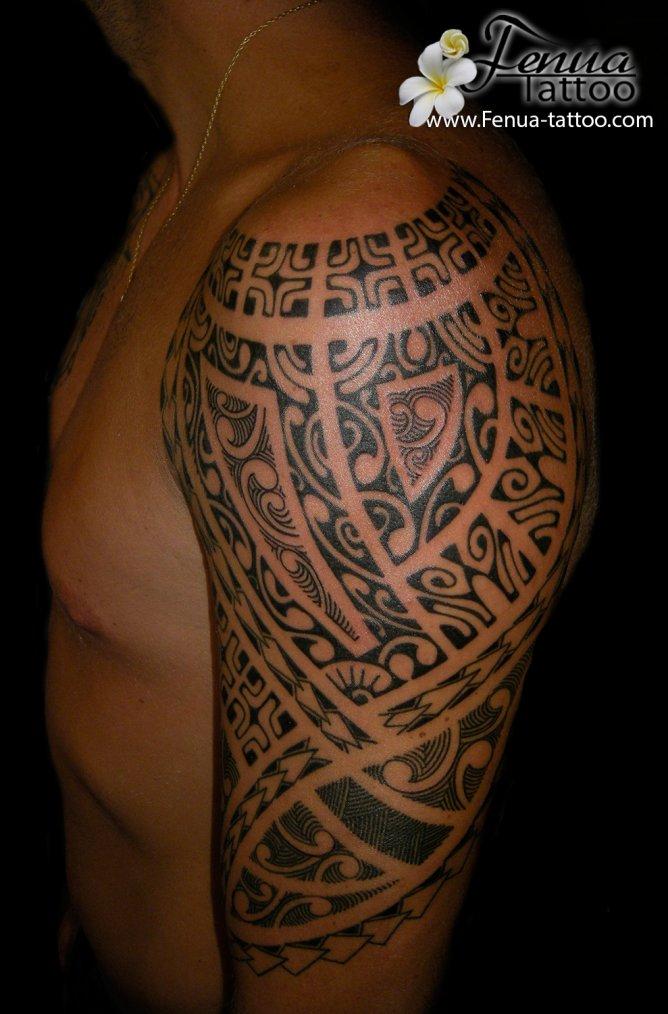 tatouage polynesien homme  le bras épaule