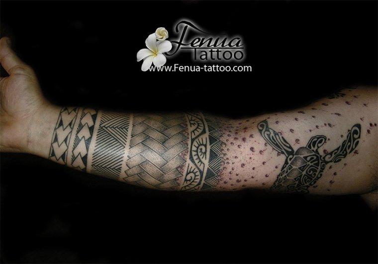 photos de tatouage polynésien sur avant bras et point dotwork / dot art tattoo