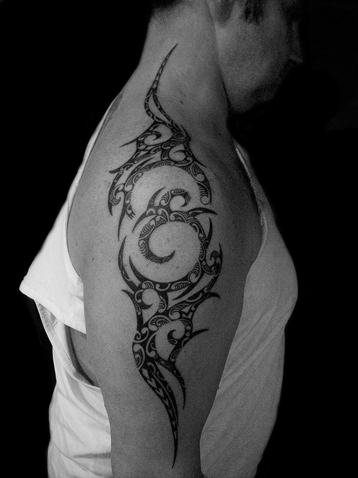 tatouage polynésien / polynesian tattoo maori tribal sur bras épaule