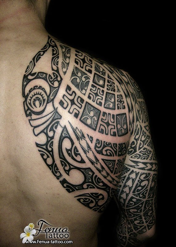 tatouage polynesien et tribal homme
